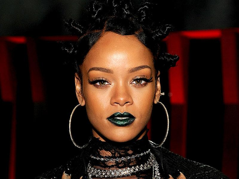 RiRi's emerald mouth made us green with envy at the iHeartRadio Music Awards in Los Angeles, US.