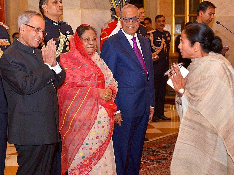 President Pranab Mukherjee is greeted by West Bengal chief minister Mamata Banerjee during a banquet hosted in the honour of Bangladesh President M Abdul Hamid (R) at Rashtrapati Bhavan in New Delhi. (PTI Photo)