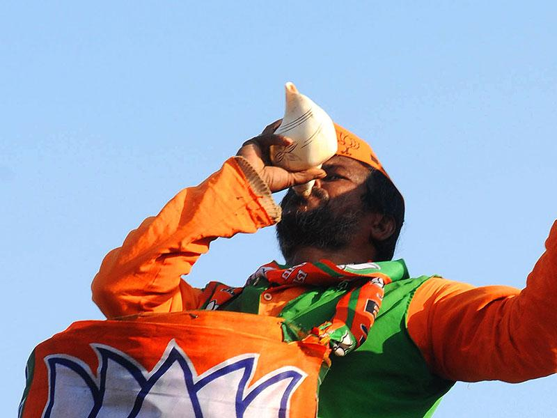 A BJP worker celebrates after the party win at Pandara counting centre in Ranchi on Tuesday. (Parwaz Khan/HT Photo)