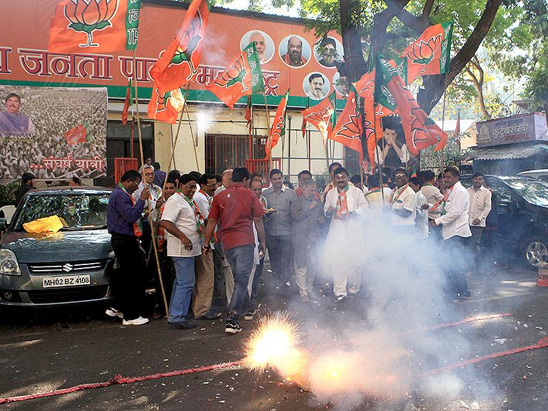 BJP workers celebrate party's victory in J-K and Jharkhand assembly polls, at BJP headoffice in Mumbai. (Kunal Patil/HT photo)