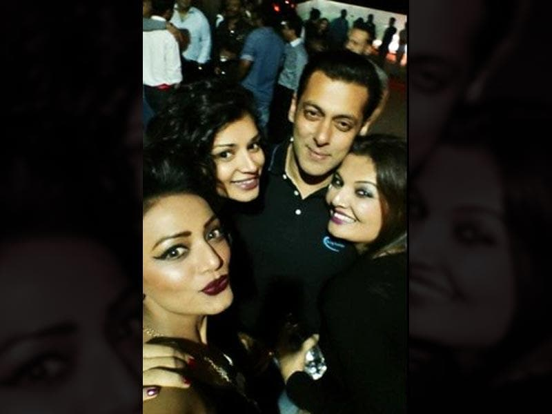 Salman Khan poses with friends. (Courtesy: Twitter)