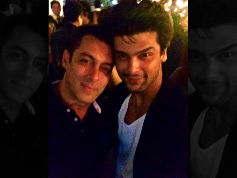 Salman Khan and Kushal Tandon pose together. (Courtesy: Twitter)