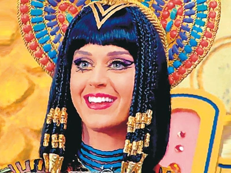 Katy Perry in Dark Horse: Cleopatra-gone-gangsta: Katy re-interprets the ancient Egyptian symbol of The Eye of Horus in this video. Though you might get some flak for looking too costume-y if you imitate the eyes, there's no denying the diva rocked the look like a pro.
