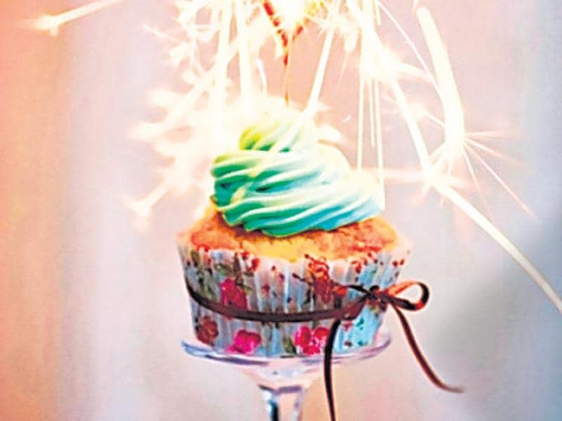 A sparkling cake: These sparkling cupcakes will be the talk of your party. Bake your favourite cup cakes and decorate them with the icing of your choice. Top them up with tiny sparklers and light them while serving.