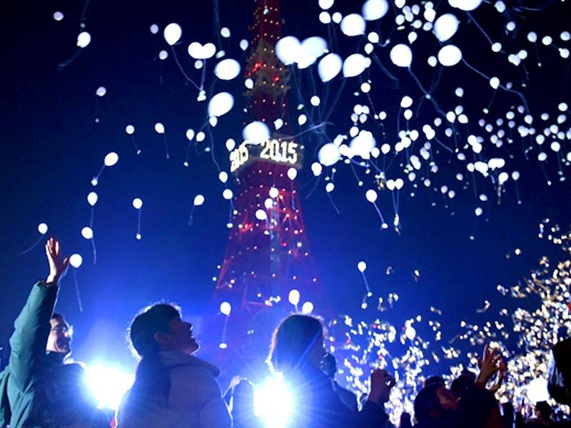 People release balloons to celebrate the New Year during an annual countdown ceremony in Tokyo. (AFP Photo)
