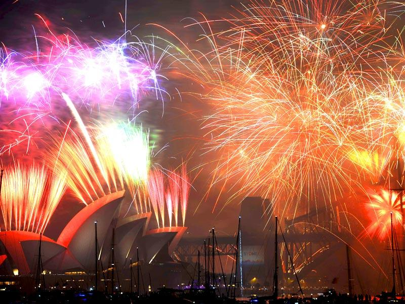 New Year's Eve fireworks erupt over Sydney's iconic Harbour Bridge and Opera House during the traditional fireworks show held at midnight on January 1, 2015. (AFP Photo)