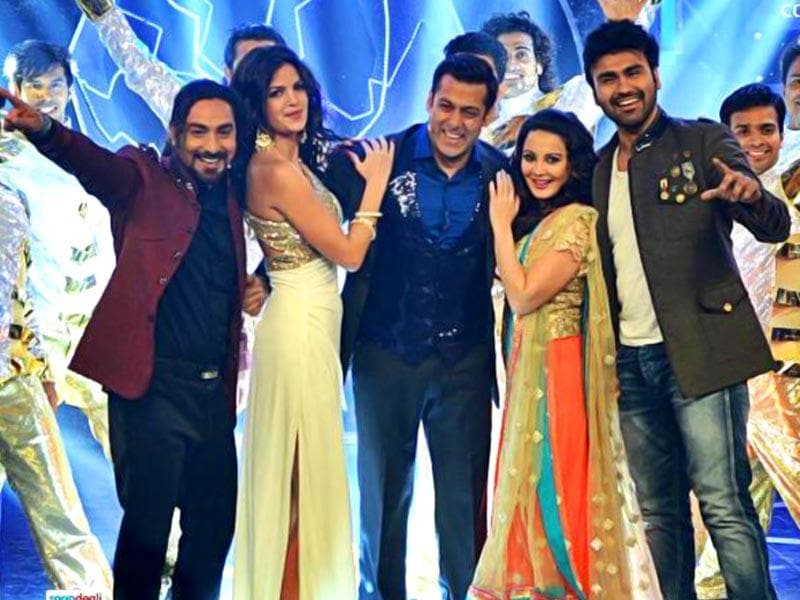 Salman Khan shares the stage with Praneet Bhat, Aarya Babbar and Natasha Stankovic - ex-contestants of Bigg Boss 8. Saturday marks the last episode of this season with Salman Khan. Take a look at the celebration that also marks Farah Khan's initiation into the show as the host. Browse through.