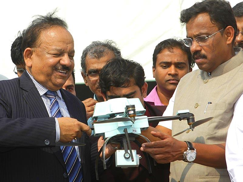 Union minister for science and technology, Dr Harsh Vardhan with Vinod Tawde at 102nd Indian Science Congress exhibition being held at Bandra-Kurla Complex. (Kalpak Pathak/HT photo)