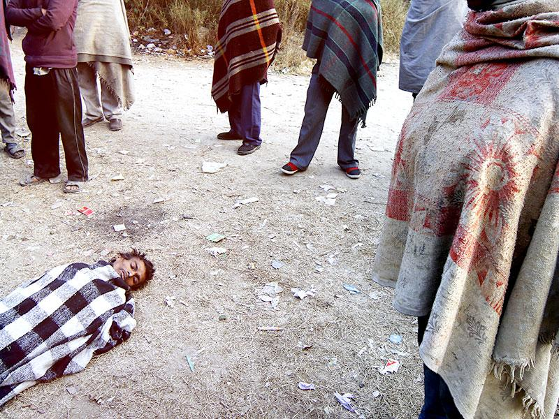 A homeless man suffering from TB lies in a critical condition near Yamuna Pusta area waiting for an ambulance. Every year, especially in winters, the capital sees a rise in number of deaths in homeless. Over 500 homeless died on the streets in the past two months. (Subrata Biswas/HT Photo)