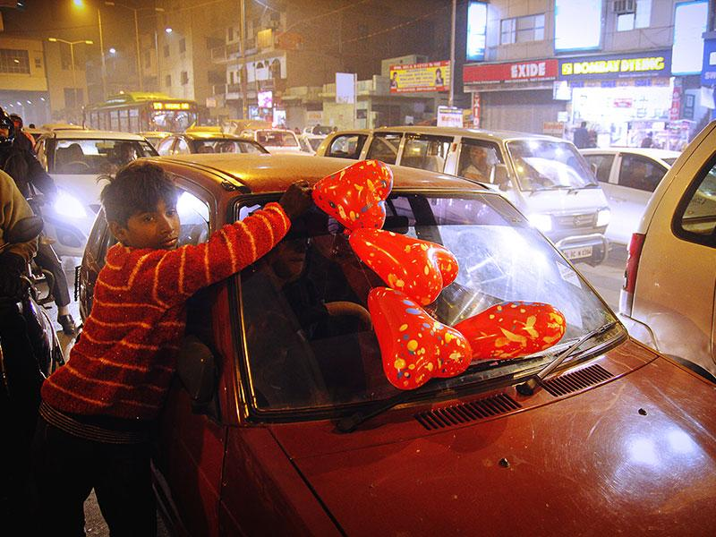 Raju, 15, from Jaipur, Rajasthan, sells balloons on the roadside in Delhi to support his family. He came to Delhi with his family five years ago in search of a better livelihood. He earns around Rs 80-100 a day by selling balloons. (Subrata Biswas/HT Photo)
