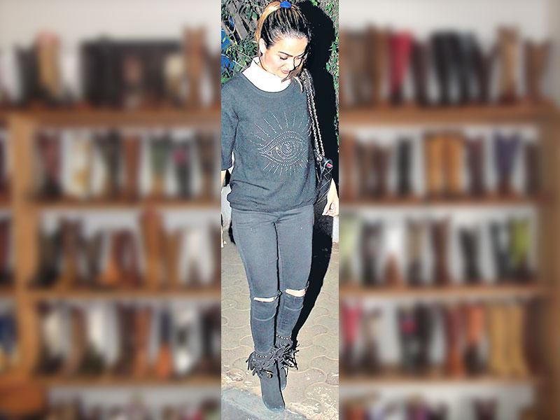 Actor Amrita Arora paired a pair of boho-chic with tasselled ankle length booties, black ripped jeans and black top.