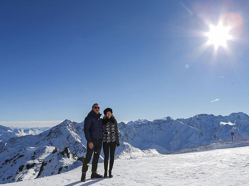Actors Daniel Craig and Lea Seydoux (R) pose during a photocall to promote the new James Bond film Spectre at Gaislachkogel mountain in the Austrian ski resort of Soelden January 7, 2015. (Reuters)