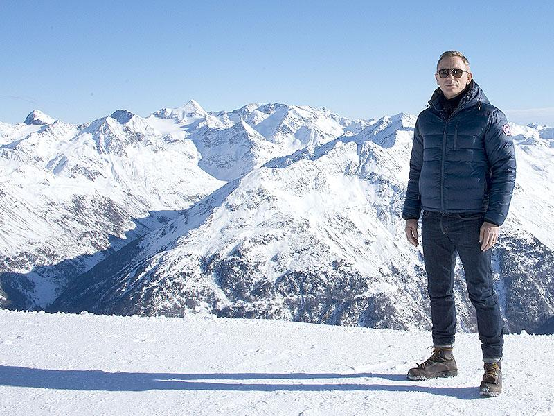 British actor Daniel Craig poses in front of a Tyrolean Alps panorama during a photo call of the new James Bond film Spectre in the Austrian ski resort of Soelden on January 7, 2015. (AFP)