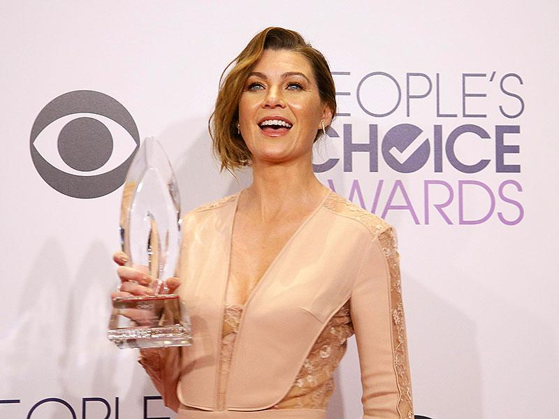 Ellen Pompeo poses backstage with her award for Favorite Dramatic TV Actress. (Reuters)