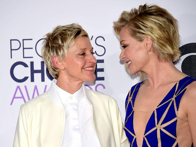 TV personality Ellen DeGeneres (L) and partner Portia de Rossi arrive on the red carpet. (AFP photo)