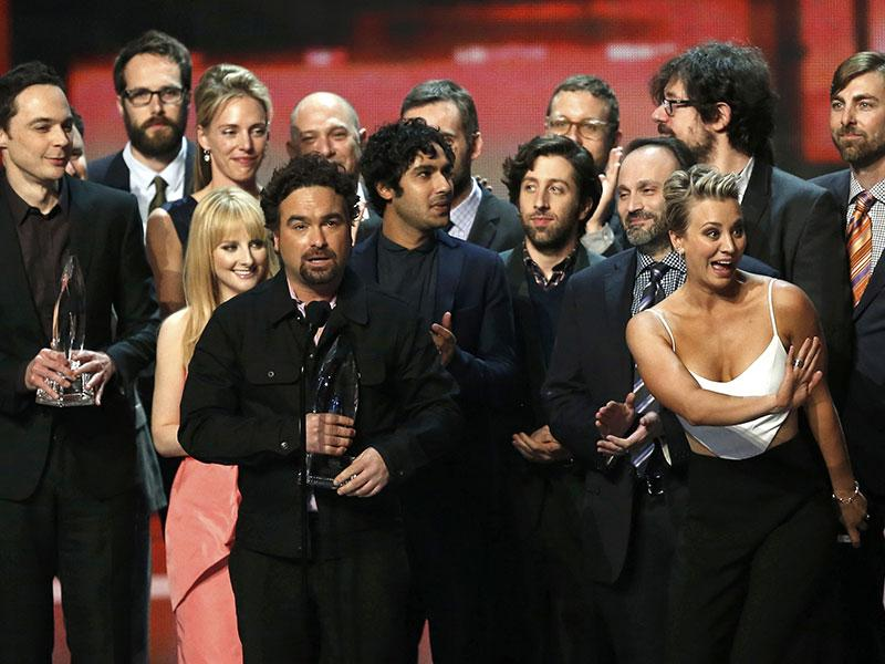 Cast member Johnny Galecki of The Big Bang Theory accepts the award for favorite TV show as cast and crew join him on stage during the 2015 People's Choice Awards in Los Angeles, California January 7, 2015. (REUTERS Photo)