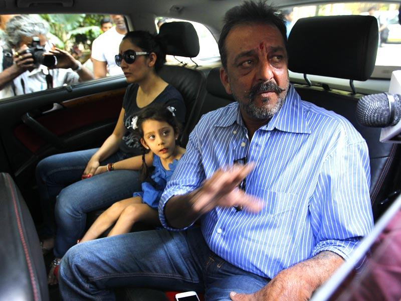 Bollywood actor Sanjay Dutt with wife Manyata and kids before leaving for Yerawada Jail after the end of his two weeks' furlough, in Mumbai. (HT photo)