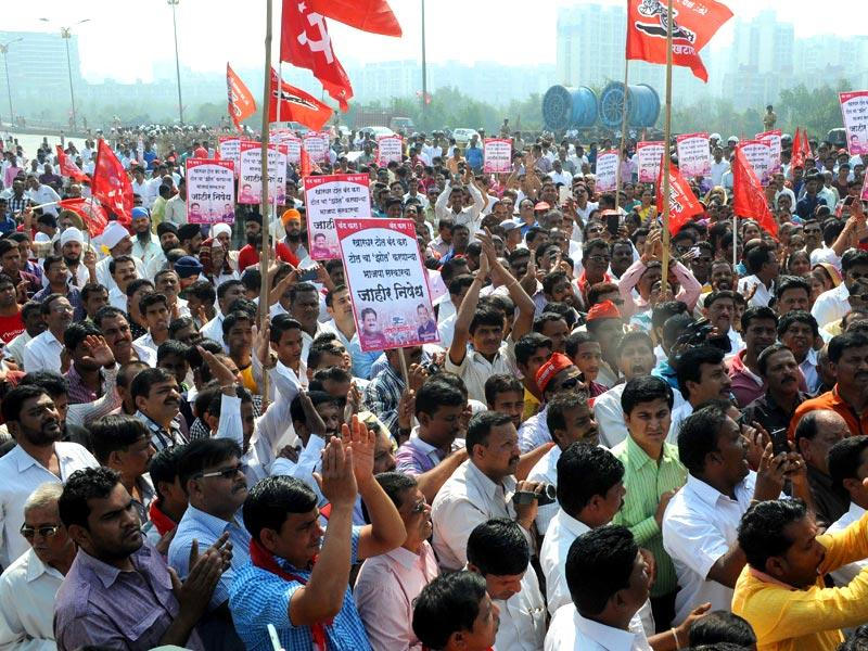 Members of Peasants and Workers Party (PWP) protest at Kharghar toll naka in Navi Mumbai.(Bachchan Kumar/HT photo)