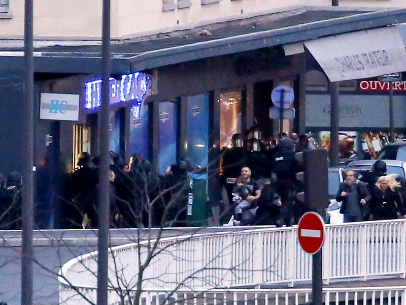 Members of the French police special forces evacuate the hostages including a child (C) after launching the assault at a kosher grocery store in Porte de Vincennes, eastern Paris. (AFP photo)