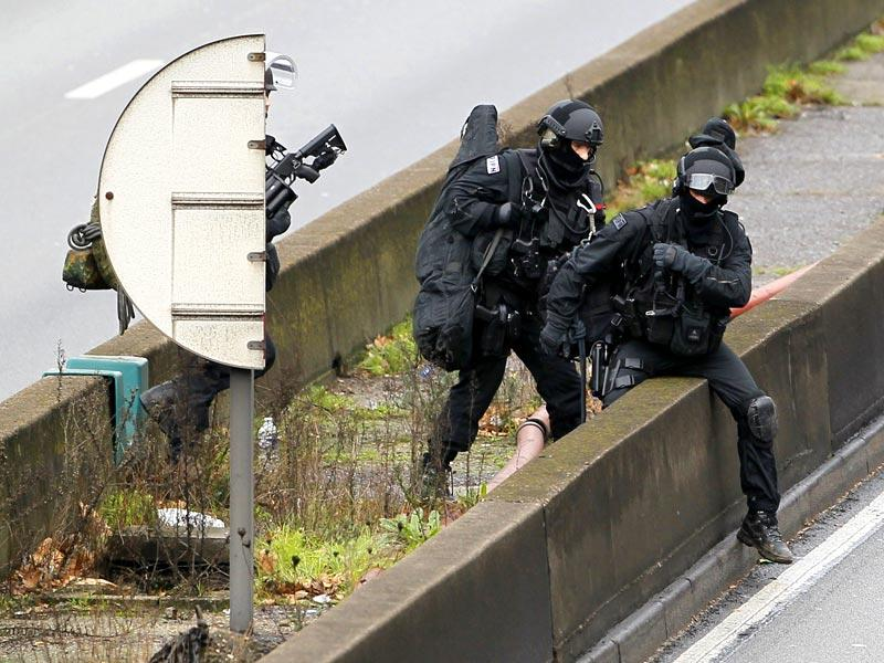Members of the French police special force advance with their equipment on the Paris ring road near the scene of a hostage taking at a kosher supermarket in eastern Paris. (AFP photo)