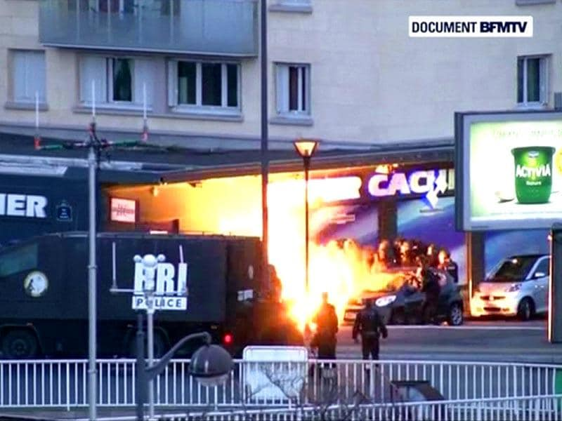A still image form video shows an explosion lighting the front of a kosher supermarket as French police special forces launch their assault, where several people were taken hostage near the Porte de Vincennes in eastern Paris. (AFP photo)
