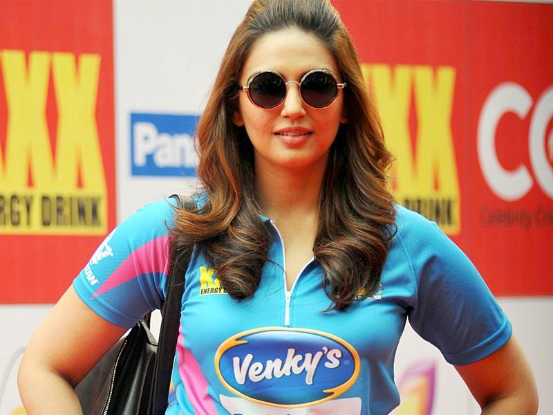 Huma Qureshi poses for the shutterbugs on the sidelines of the Celebrity Cricket League (CCL) season five in Mumbai on January 10, 2015. (AFP Photo)