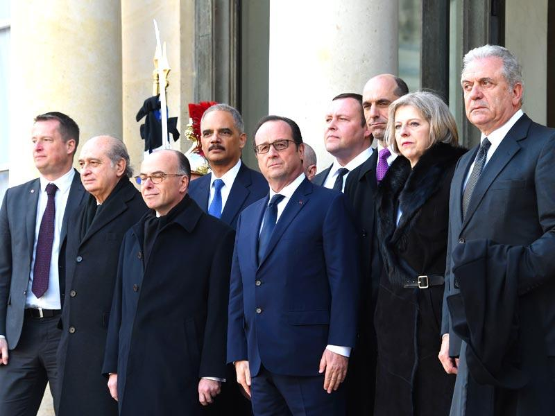 "French president Francois Hollande (C), French interior minister Bernard Cazeneuve (3L) welcome US attorney general Eric Holder (4), and Canadian public safety minister Steven Blaney (3R) at the Elysee Palace before attending a Unity rally ""Marche Republicaine"" in Paris. AFP photo"