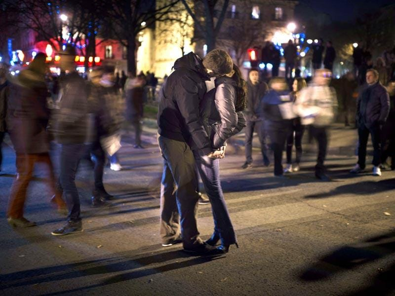 A couple kiss during the unity rally 'Marche Republicaine' in Paris in tribute to the 17 victims of a three-day killing spree by homegrown Islamists. (AFP photo)