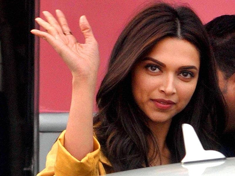 Deepika Padukone waves to her fans during shooting of her new film Tamasha in front of old Kolkata Airport terminal. (PTI Photo)