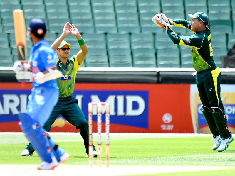 Australian wicketkeeper Brad Haddin (R) takes a catch off the batting of India's Rohit Sharma (L) during the one-day international (ODI) cricket match between Australia and India at the Melbourne Cricket Ground . (AFP photo)