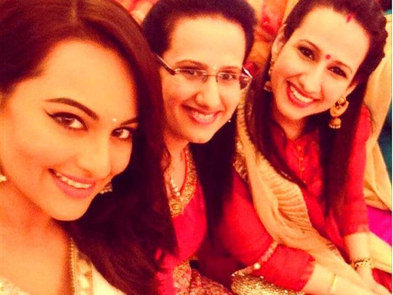 Sonakshi Sinha gets all posy during the Mehendi ceremony for her brother's wedding. (Photo: SonakshiSinha/Instagram)