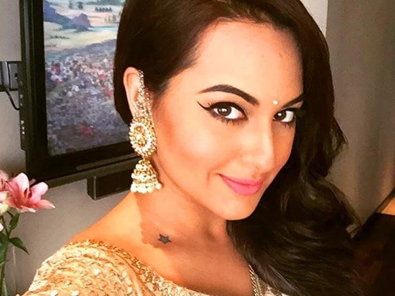 Sonakshi Sinha clicks a selfie as she gets decked up for the Mehendi ceremony of brother Kush.