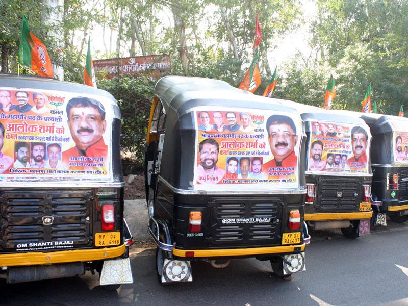 Posters seeking votes for BJP mayoral candidate Alok Sharma put up on autorickshaws in the run up to municipal election in Bhopal. (Bidesh Manna/HT photo)