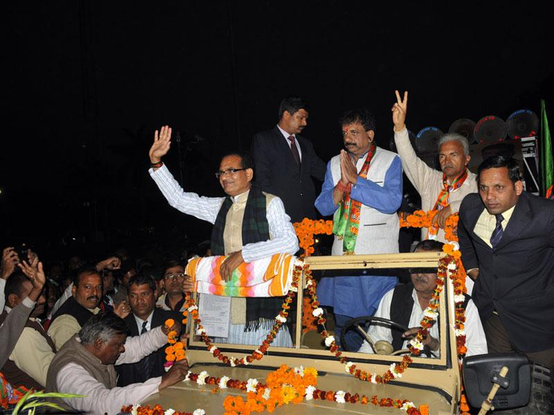 MP chief minister Shivraj Singh Chouhan takes part in a road show to campaign for BJP's mayoral candidate Alok Sharma in Bhopal. (Praveen Bajpai/HT photo)