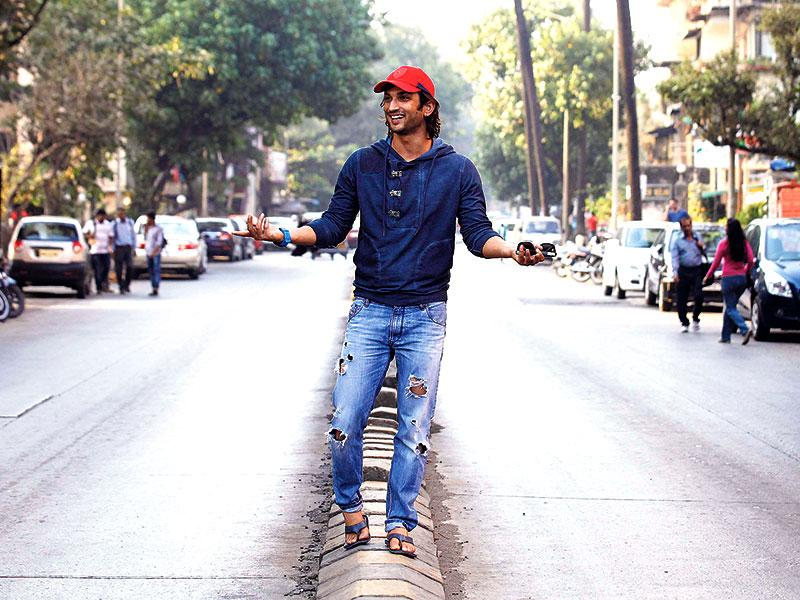 Sushant Singh Rajput strikes a pose, literally on the street. (Photo: Vidya Subramanian/HT)