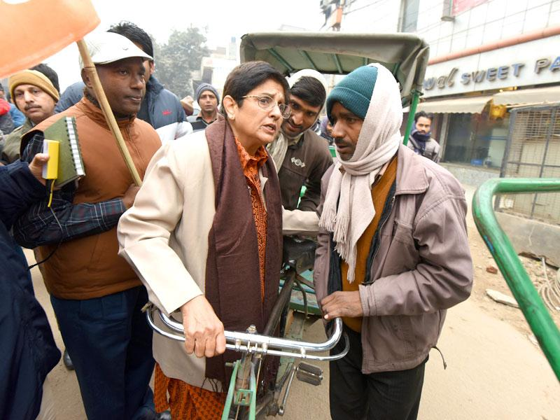 Delhi's BJP chief ministerial candidate, Kiran Bedi, interacts with cycle rickshaw pullers on her way to file her nomination ahead of the upcoming Delhi Assembly Elections, at Krishna Nagar, in New Delhi. (Photo by Arvind Yadav/ HT photo)