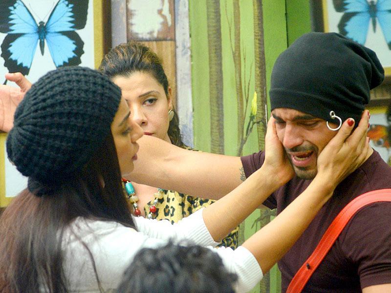 Mehek Chahal tries to calm him down even as Gautam Gulati cries, blaming co-contestants, including Sambhavna Seth for not opposing Ali Quli Mirza's below-the-belt remarks.
