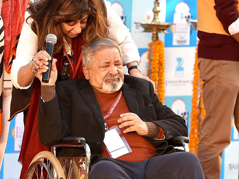 VS Naipaul, the author of A House for Mr Biswas, breaks down as he attends a session on his book. Photo by Mohd Zakir / Hindustan Times.