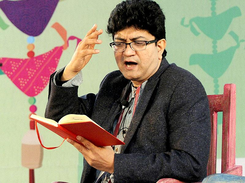 Prasoon Joshi sing his poem at in conversation with Yatindra Mishra at the session on Tare Zameen Par. (Photo by Mohd Zakir / Hindustan Times)