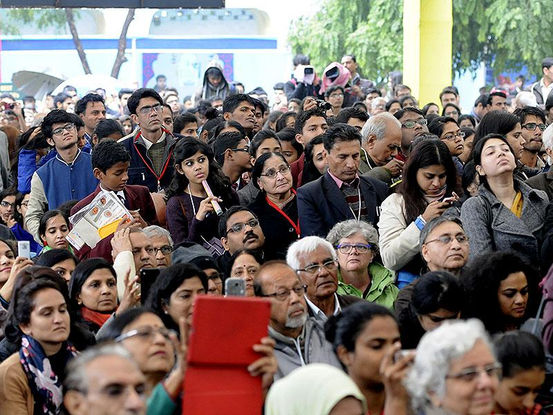 A crowded pandal during the session on Mujhe Jeene Do address by veteran Bollywood actor Waheeda Rehman. Photo by Mohd Zakir / Hindustan Times