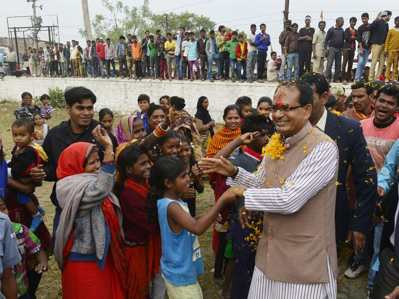 MP chief minister Shivraj Singh Chouhan campaigns for BJP candidates in Misrod ahead of municipal polls, on Thursday. (Mujeeb Faruqui/HT photo)