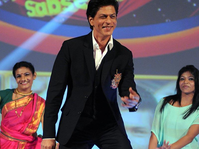 Bollywood actor Shah Rukh Khan shakes a leg at the launch of the new Hindi general entertainment television channel, &TV, and its flagship show 'Poochega – Sabse Shaana Kaun' in Mumbai on January 21, 2015. (AFP Photo)