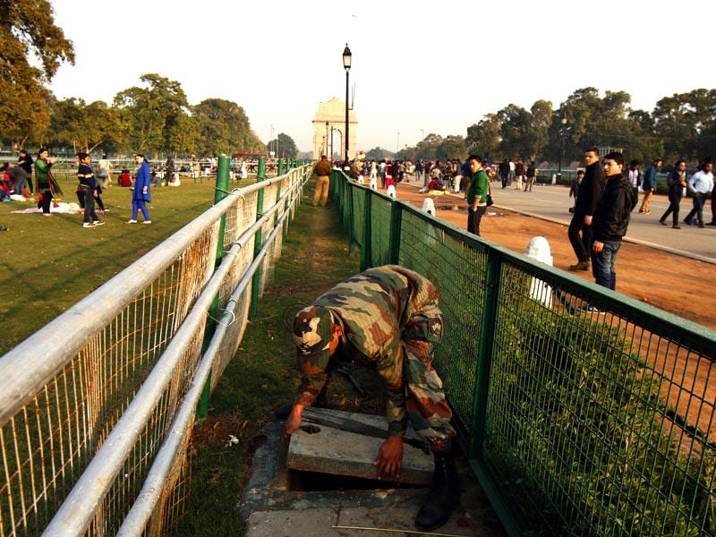Security personnel conduct checks as New Delhi gets ready for the Republic Day celebrations. (Subrata Biswas/ HT)