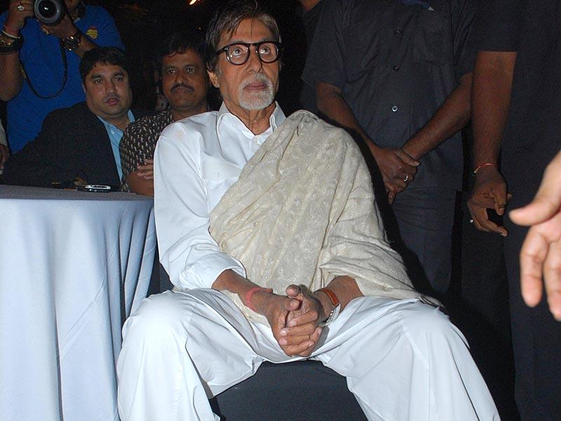 Dressed in his trademark kurta-pyajama and a shawl, Big B looks absorbed in the event. (IANS)
