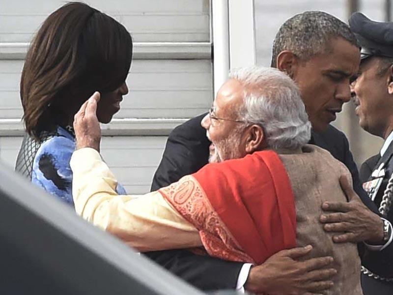 US President Barack Obama and First Lady Michelle Obama are greeted by Prime Minister Narendra Modi as they arrive at Palam airport in Delhi on Sunday. (HT Photo/Vipin Kumar)