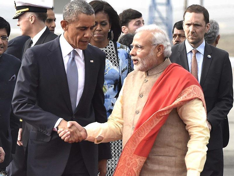Prime Minister Narendra Modi received Barack Obama at Palam airport with a handshake and a warm hug. (HT Photo/Vipin Kumar)