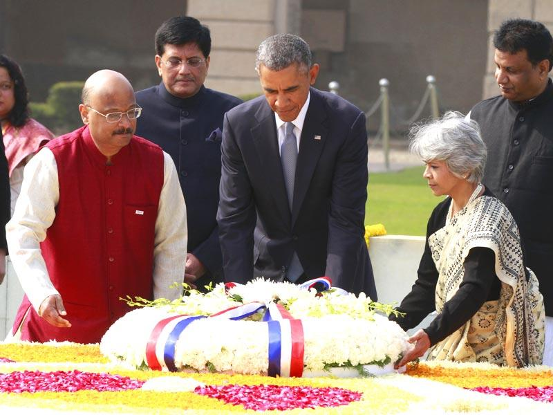 US President Barack Obama pays tribute to Mahatma Gandhi, at Rajghat, in New Delhi. (Sanjeev Verma/HT Photo)