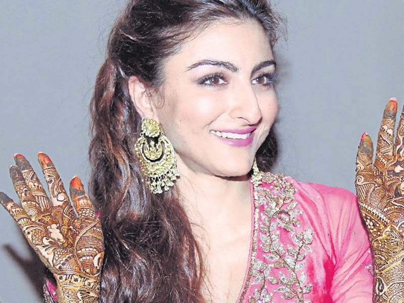 Any function in the Pataudi family is expected to have the best of style and royalty. It was the mehendi ceremony of Chote nawab Saif Ali Khan's sister, actor Soha Ali Khan.  The would-be bride wore a pink Ritu Kumar outfit and happily posed for shutterbugs, showing off her mehendi bedecked hands.