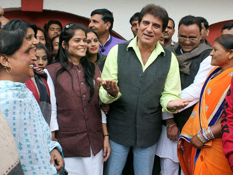 Actor-turned-politician Raj Babbar interacts with Congress workers at Press Club ahead of civic polls, in Indore on Sunday. (Shankar Mourya/HT photo)