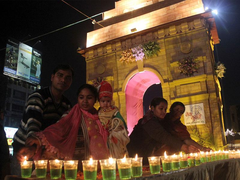 People lit candles near the replica of India Gate erected in Indore on the occasion of Republic Day. (Shankar Mourya/HT photo)